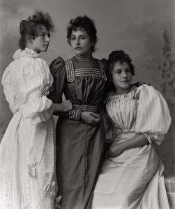 Hermanas Urreta Uribe. Fotógrafo: Melitón Rodríguez. Medellín, 1898.