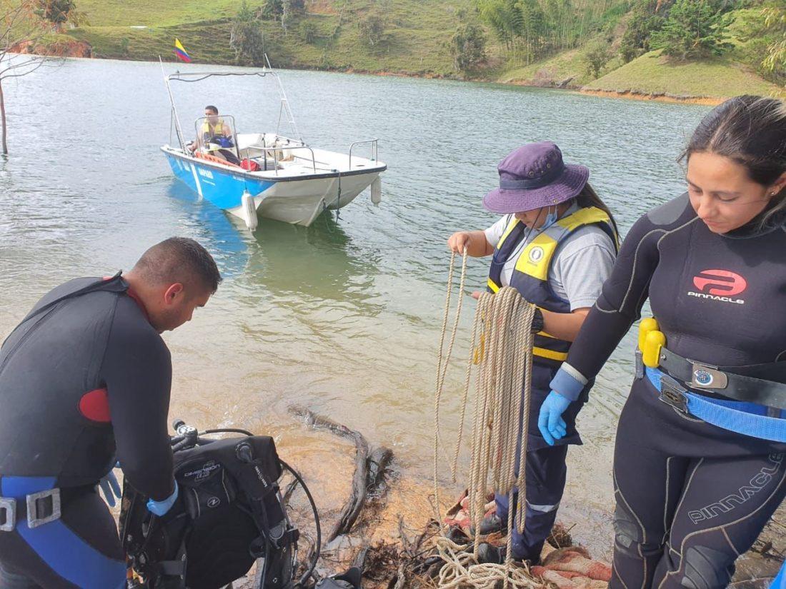 Buzos de El Peñol recuperaron cuerpo sin vida de pescador.